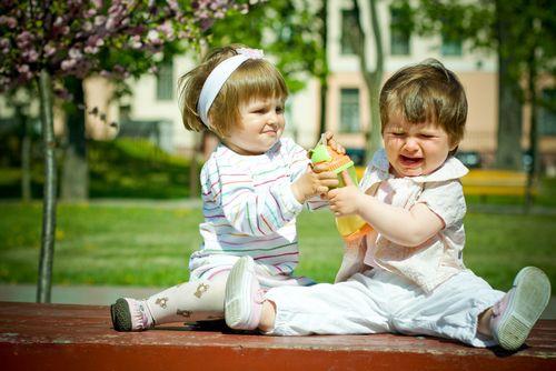 Ребенка обижают. Что делать? Защищать, и если да, то как?